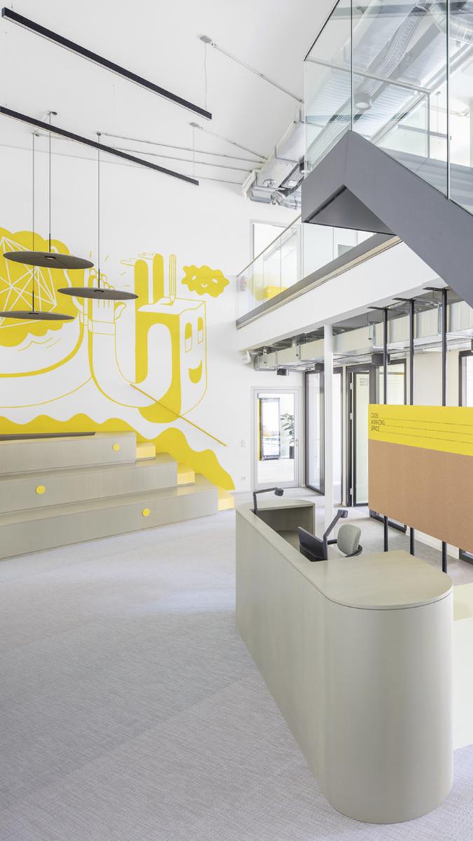 Foyer mit dreistufiger Tribüne.  Foto: Andreas Meichsner