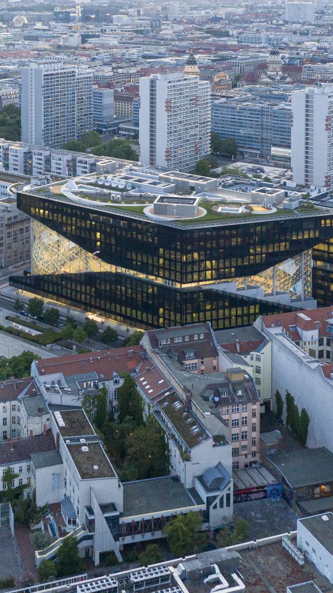 Gold schimmernde Fassade. Foto: Laurian Ghinițoiu