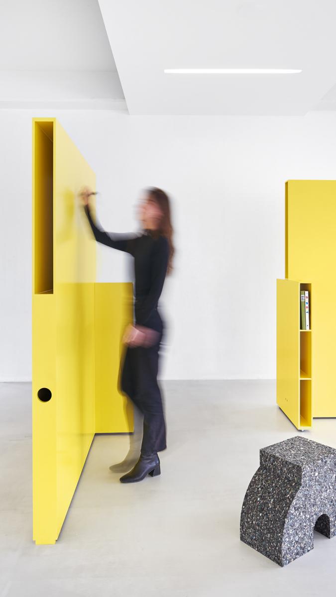Möbel als Raumtrenner und Notizfläche. Foto: Max Feldhoff