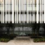 Vor der verglasten Fassade arbeitete Studio Bocchi mit einem überhängenden Sonnenschirm aus Metall. Foto: Atelier XYZ