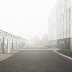 Der extravagante Industriebau von außen. Transparente Fassade von Studio Bocchi