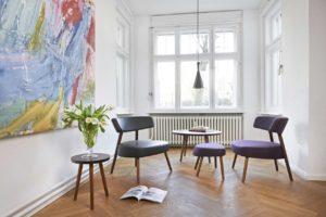 Designer-Sessel mit Hocker und Beistelltisch