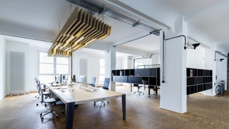 Offene Bürostruktur, Akustikdecke, Bürostühle, Workbench