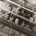 Here We Are! Frauen im Design 1900 – heute 32_Bauhaus-portrait-weavers-behind-loom-1928.jpg