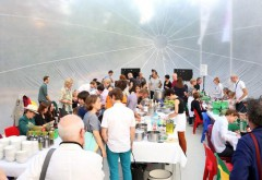Einladung zum gemeinsamen Essen und Diskutieren: Am 29. April findet im Küchenmonument vor der Berlinischen Galerie das Diskursive Dinner 'Open Future' statt. Foto: Jirka Jansch, 2014 © raumlabor berlin