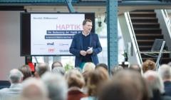 Chefredakteur David Wiechmann begrüßt die mehr als 150 Gäste zur md-Fachveranstaltung 'Die Bedeutung der Haptik im innenarchitektonischen Kontext'. Foto: Philippe Ramakers