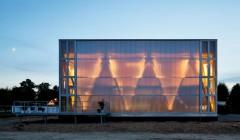 """Seine Premiere feierte der Wohnpavillon 2014 beim """"Solar Decathlon"""" in Versailles. Die Fassade des Cubity aus Polycarbonat legt die Konstruktion offen. Foto: Thomas Ott"""