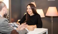 Monica Armani im Gespräch mit md-Redakteur Alexander Kuckuk. Während der Light Week Köln erläuterte die Designerin die Entwurfsgeschichte ihrer Leuchte 'Silenzio'. Foto: Manfred Daams.
