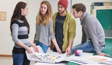 Gestalter im Handwerk diskutieren ihre Ergebnisse aus der Farbgestaltung. Foto: Einberger ARGUM
