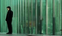 Straßenseite: Die sechs Meter hohe Glasfassade des neuen Obersten Gerichtshofs der Niederlande in The Hague. Foto: Fernando Guerra