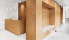 Kork in der Anwendung: Die Herzpraxis in Zürich Höngg erhielt eine Verkleidung aus Kork an den Einbauten, Kuben und dem Empfangstresen. Foto: Dost Architektur