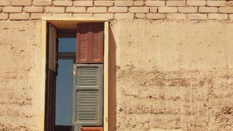Lehmbaumodule: Die Wände bestehen aus 75 bis zu 1,6 t schweren Stampflehmblöcken, die die Studierenden selbst herstellten. Foto: Team Afrikataterre