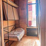 Lehmbaumodul, Die Innenräume sind mit verschiebbaren Wänden und klappbaren Möbeln flexibel nutzbar. Die sichtbare Lehmwand wirkt ästhetisch. Foto: Team Afrikataterre
