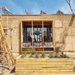 Lehmbaumodul, Afrikataterre wurde aus regionalen Rohstoffen in nur drei Wochen gebaut. Es deckt seinen Energiebedarf vollständig durch die Sonne. Foto: Team Afrikataterre