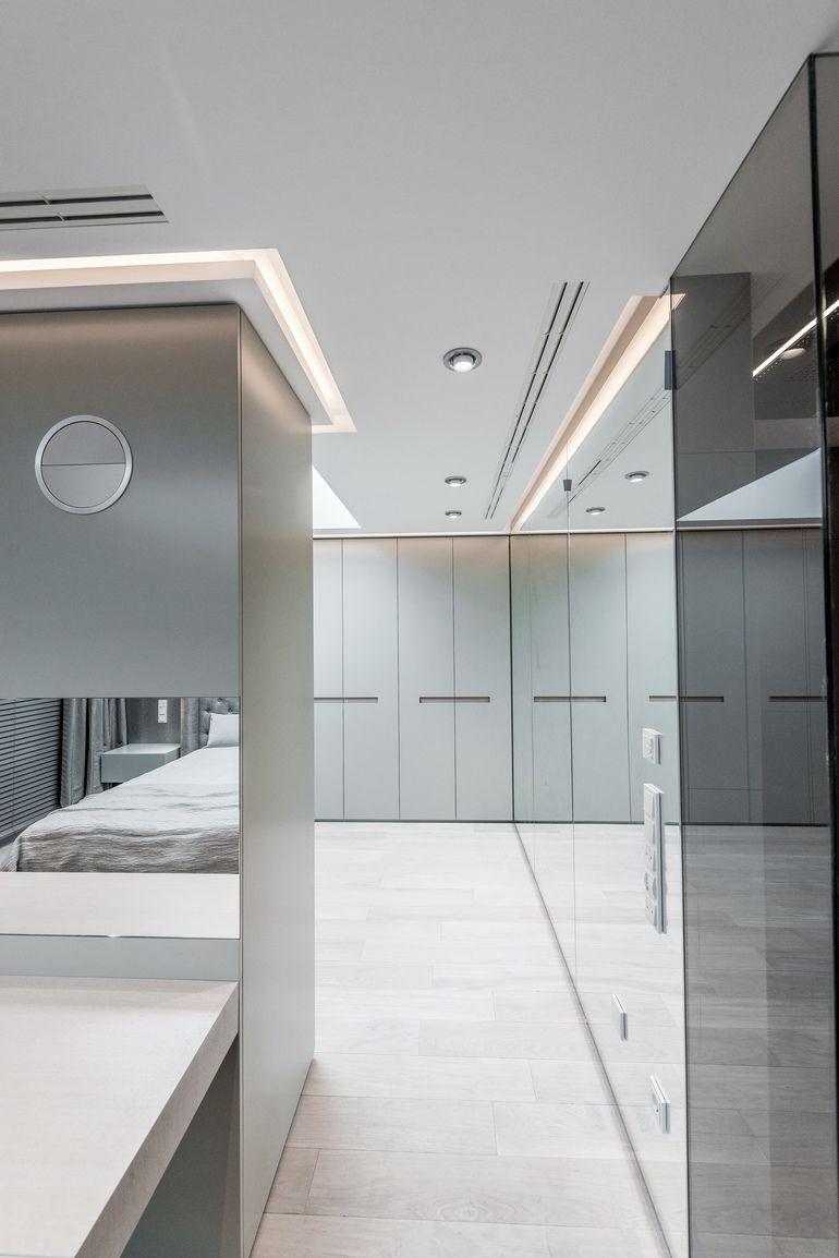 Da kleinen Räumen oft große Gesten guttun, erhielt das Gäste WC einen abgetreppten Waschtisch mit Stauraum über die gesamte Länge des Raumes.