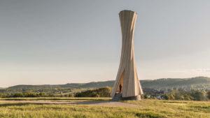 In sich gedrehter Holzturm in Urbach