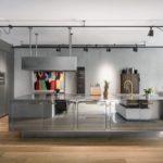 Edelstahlküche mit blank poliertem Küchenblock, Dunstabzugshaube, einem Gemälde und antiken Möbeln