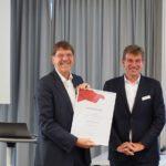 Ehrenvositzender Hendrik Hund erhält von Helmut Link die Urkunde.
