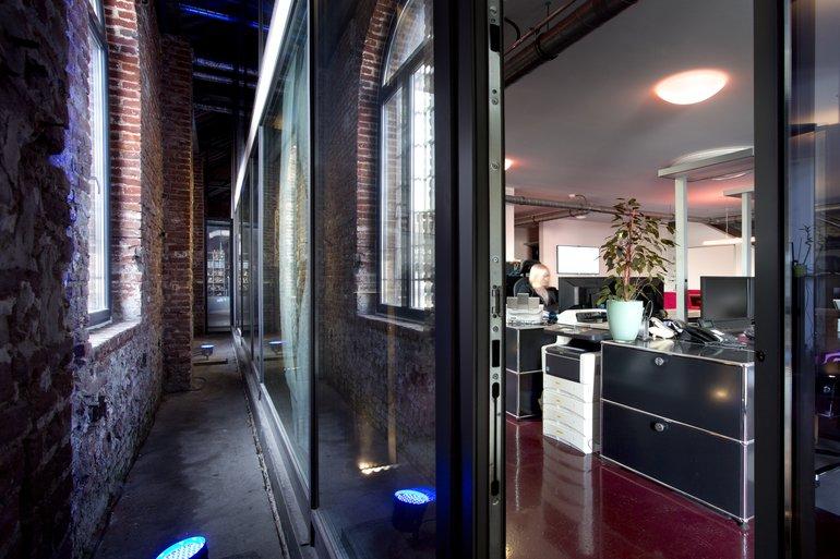 Bürocontainer, Industriehalle, Backsteingebäude, Bürogebäude