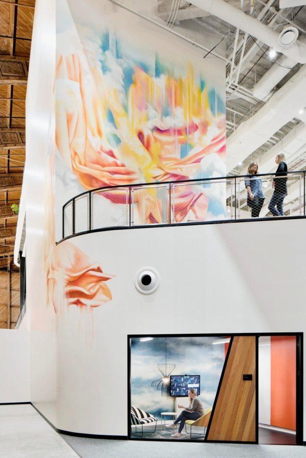 neue Google-Arbeitswelt in ehemaligem Hangar