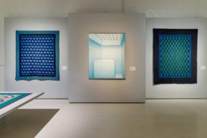 Kunsausstellung mit historischen Quilts und Gegenwartskunst