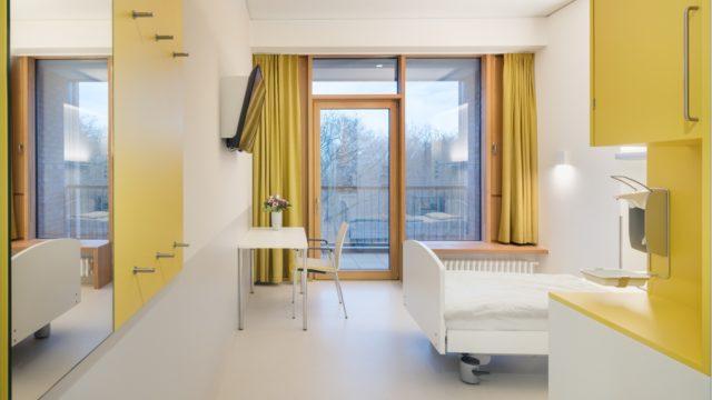 Healing Architecture wirkt. Die Gestaltung der Reha-Klinik des ukb Berlin von Nickl + Partner Architekten zahlt mit großer Fensterfront, Balkon und Farbe aufs Patientenwohl ein. Foto: Werner Huthmacher