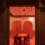 Großer Esstisch mit Stühlen im Restaurant Momenti in Shanghai