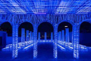 Rooftop Club NYX in Shanghai mit fluoreszierenden Säulen