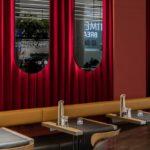 We want more, Ibis, Brüssel, Restaurant, Vorhang, rot