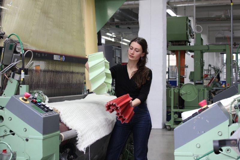 Newcomer Award ein&zwanzig, Juliette Berthonneau bei der Herstellung ihrer textilen Skulpturen