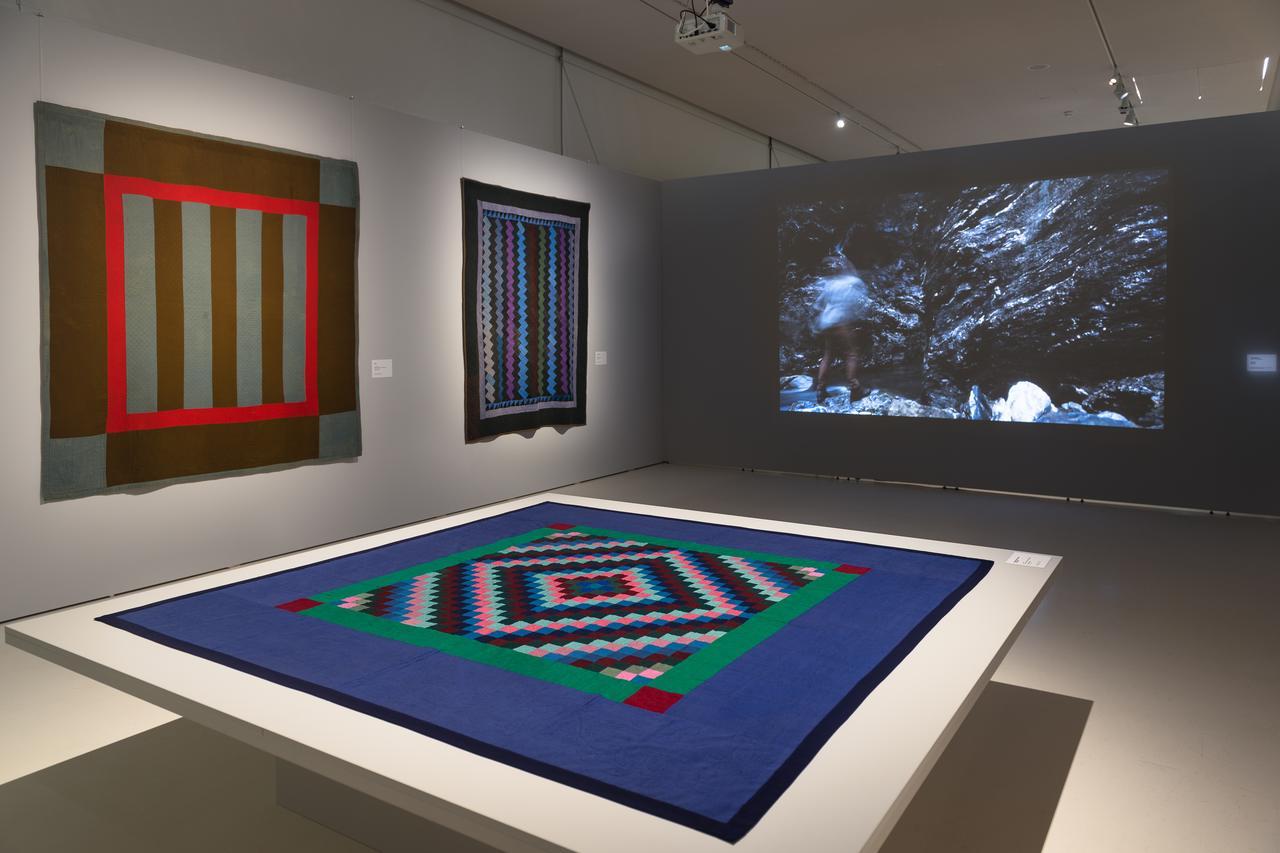 Kunstausstellung mit Videoinstallation und historischen Quilts
