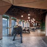 Ochse aus Metall, Eingangsbereich des Restaurants,Komplits, Steak Restaurant, Bulle