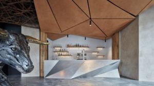 Ochse aus Metall, Eingangsbereich des Restaurants, MetallthekeKomplits, Steak Restaurant, Bulle