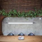 Holztisch mit Leuchte, Komplits, Steak Restaurant, Bulle