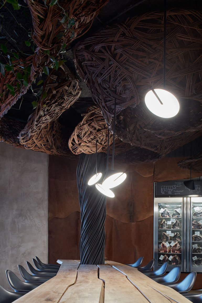 Komplits, Steak Restaurant, Innenarchitektur, massive Eiche, rauhe rohe Materialien