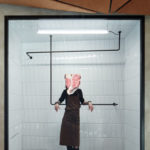 Frau mit Stück Fleisch im Gesicht, Komplits, Steak Restaurant, Bulle