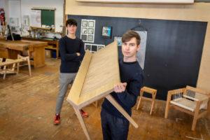 Student der TU Graz mit Holzbank