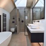 Blick ins Badezimmer mit Konsole aus Mineralwerkstoff
