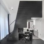 Reuter Schoger Unter der Treppe ist Platz für Sanitärelemente, Schreibtisch und Stuhl.