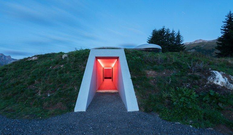 Licht als Metapher für die sinnliche Wahrnehmung: James Turrell realisiert seinen Skyspace in Lech mit einer Sonderlichtlösung von Zumtobel.