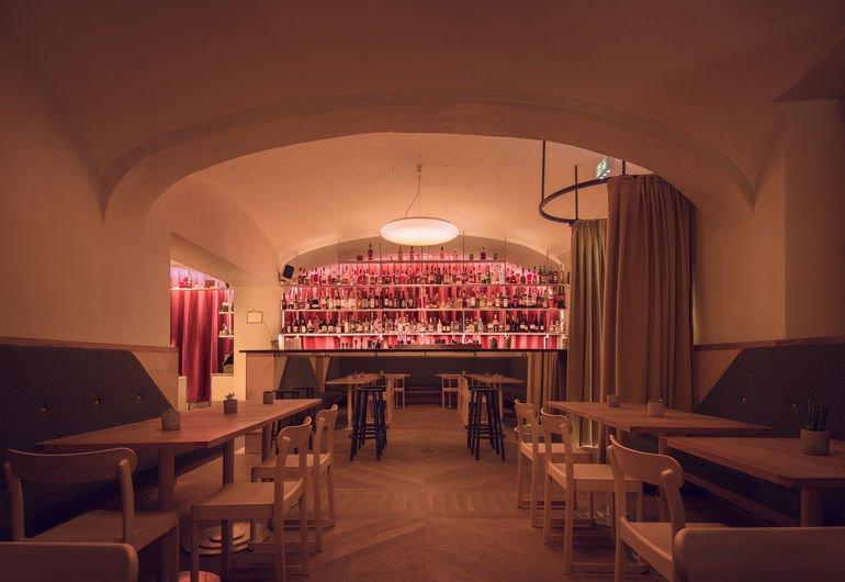 dunkelrote Vorhänge in Wiener Kaffeehaus mit Bar
