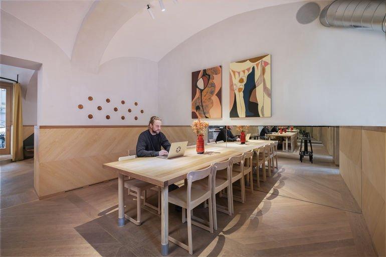 Stapelbare Stühle in Wiener Kaffeehaus