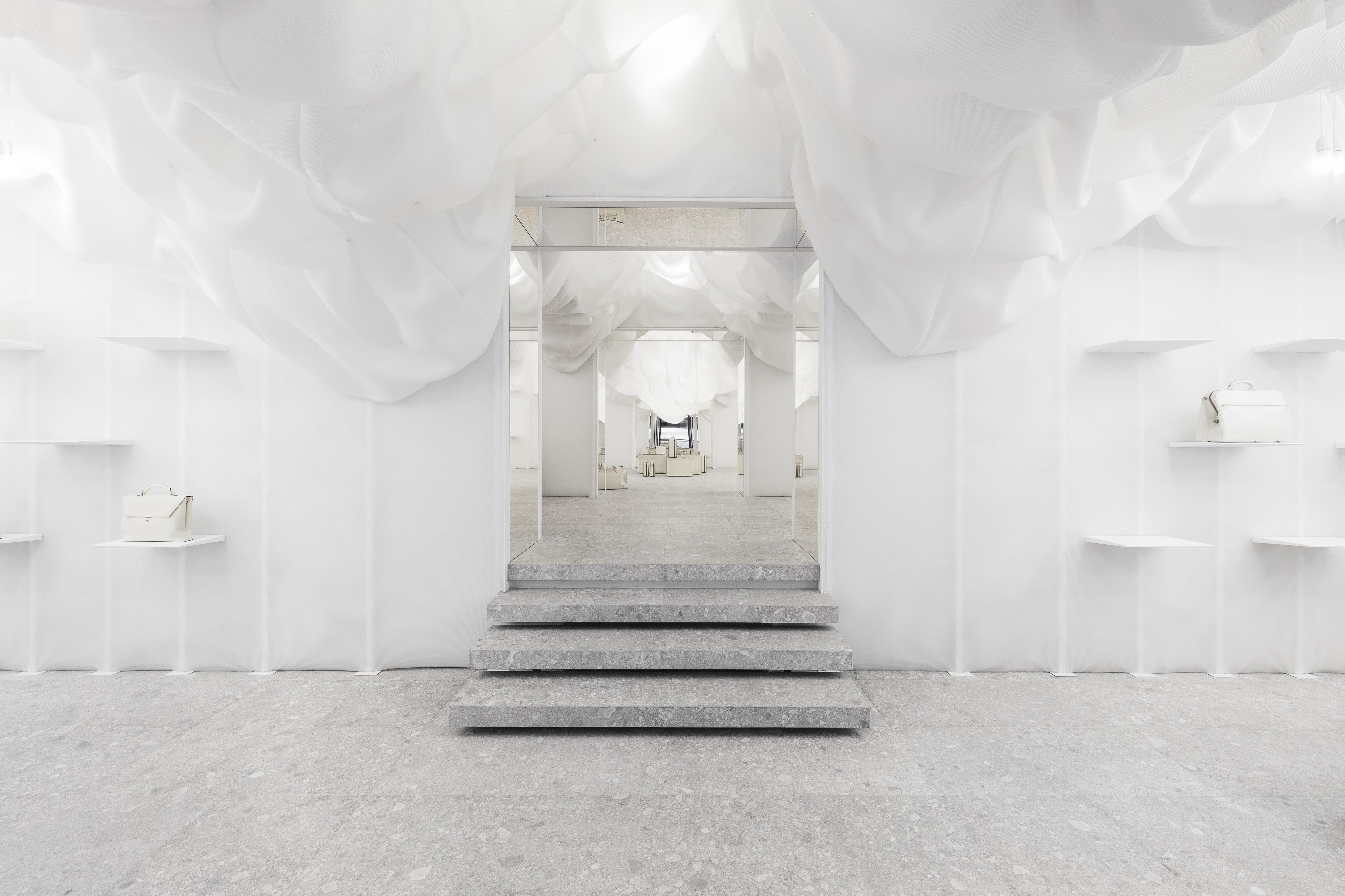 Der Valextra Flagship Store In Mailand Ist Ein Besonderer Showroom. Die  Abwesenheit Von Farbe Als Essenz Zelebriert Luxuriöses Design. Md