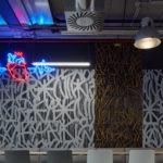 CMC Architects: Work Café mit einem Kunstwerk von Michal Škapa.