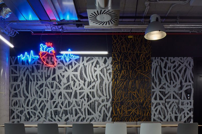 Work Café mit einem Kunstwerk von Michal Škapa.