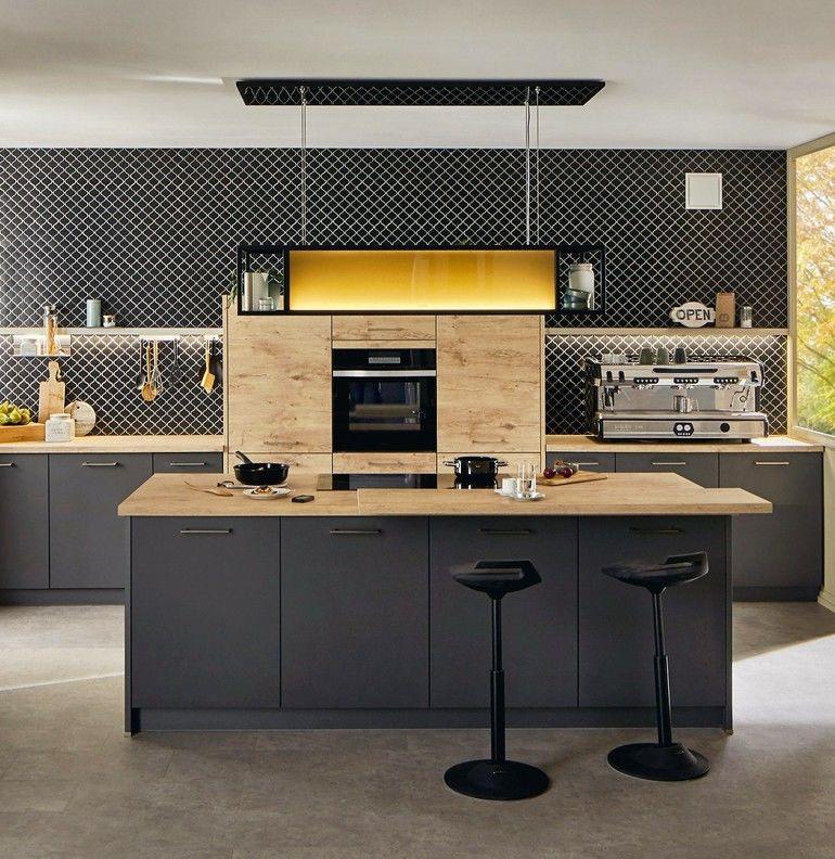 Küchentrends 2021: schwarzer Küchenblock mit Dunstabzugshaube und Barhocker