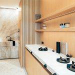 Holzwand, Steinarbeitsplatte und offenes Kochfeld gemäß der Küchentrends 2021