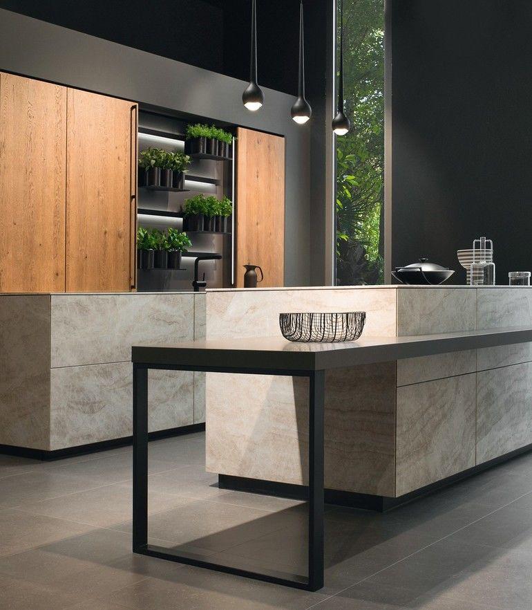Küchentrends 2021: Kochinsel aus Stein und eine Kräuterwand