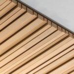 Das Akustikdeckensystem 'Ligno Akustik Nature 3D' weist nur hölzerne Materialien auf – für sichtbare Deckleisten, Tragstruktur und hinterlegte, schallabsorbierende Faserplatten. Foto: Lignotrend