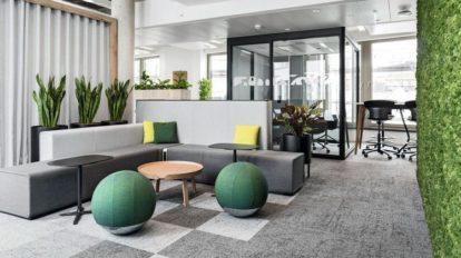 Ein Büroboden grenzt Besprechungsbereiche optisch von Durchgangszonen ab
